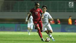 Kapten Timnas Indonesia U-23. Hansamu Yama Pranata (kiri) berebut bola dengan pemain Korea Selatan U-23 pada laga persahabatan di Stadion Pakansari, Kab Bogor, Sabtu (23/6). Babak pertama Indonesia U-23 tertinggal 0-1. (Liputan6.com/Helmi Fithriansyah)
