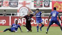 Striker PSM Makassar, Eero Markkanen, terjatuh saat berebut bola dengan pemain Becamex Binh Duong pada laga semifinal Zona ASEAN Piala AFC 2019 di Stadion Pakansari, Rabu (26/6). PSM menang 2-1 atas Becamex Binh Duong. (Bola.com/M Iqbal Ichsan)