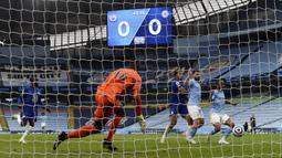 Gelandang Manchester City, Raheem Sterling (kanan) melepaskan tendangan yang berbuah gol ke gawang Chelsea dalam laga lanjutan Liga Inggris 2020/2021 pekan ke-35 di Etihad Stadium, Manchester, Sabtu (8/5/2021). Manchester City kalah 1-2 dari Chelsea. (AP/Shaun Botterill/Pool)