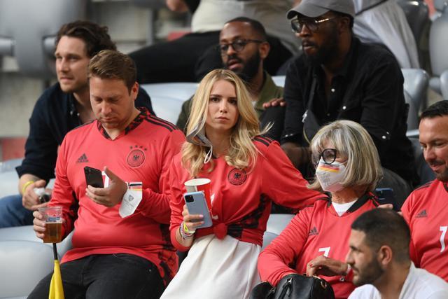 Nina Weiss (tengah), istri penjaga gawang Jerman Manuel Neuer, mengambil tempat duduknya menjelang pertandingan sepak bola Grup F UEFA EURO 2020 antara Prancis dan Jerman di Allianz Arena di Munich pada 15 Juni 2021. (AFP/Pool/Matthias Hangst)