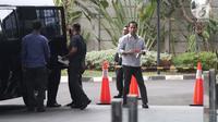 Terpidana Tubagus Chaeri Wardana atau Wawan tiba di Gedung KPK, Jakarta, Senin (22/10). Wawan menjalani pemeriksaan sebagai saksi untuk tersangka mantan Kalapas Sukamiskin Wahid Husein. (Liputan6.com/Herman Zakharia)
