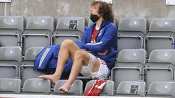 Bek Arsenal, David Luiz menyaksikan rekannya saat mengalami cedera hamstring melawan Newcastle United pada pertandingan lanjutan Liga Inggris di stadion St James 'Park, di Newcastle, Inggris, Minggu (2/5/2021). Arsenal menang 2-0 atas Newcastle. (Lindsey Parnaby/Pool via AP)
