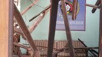 Kondisi Kantor PWI Kota Bogor setelah ambruknya atap bangunan. (Liputan6.com/Bima Firmansyah)