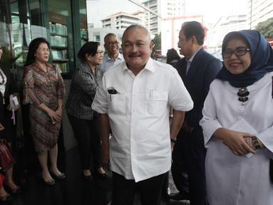 Gubernur Sumsel, Alex Noerdin tiba untuk menjenguk korban ambruknya balkon BEI di RS Siloam, Jakarta, Selasa (16/1). Puluhan pengunjung yang merupakan mahasiswa Universitas Bina Darma menjadi korban peristiwa tersebut. (Liputan6.com/Arya Manggala)