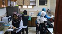 Tim Gizi juga membantu menyuapi jemaah haji yang sakit dan tidak mampu makan sendiri. (Biro Komunikasi dan Pelayanan Masyarakat, Kementerian Kesehatan RI)