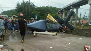 Sebuah helikopter milik PT Indonesia Morowali Industrial Park (IMIP) terjatuh di area tambang di Desa Fatufia, Bahodopi, Morowali, Sulawesi Tengah, Jumat (20/4). Satu orang yang tengah melintas meninggal tertimpa baling-baling. (Liputan6.com/Dok. BNBP)