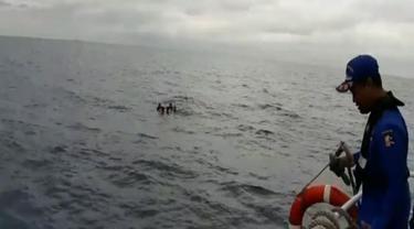 Mereka akhirnya diselamatkan Kapal Patroli Ditpolair Baharkam Polri yang melakukan penyisiran selama 7 jam.