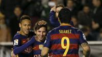 Trio lini depan Barcelona, Neymar (kiri), Lionel Messi (tengah) dan Luis Suarez, melakukan selebrasi usai menjebol jala Rayo Vallecano, di Stadion Vallecas, Jumat (4/3/2016) dini hari WIB. Tridente El Barca sudah mengoleksi 395 gol sepanjang partisipasi d
