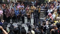 Wakil Ketua KPK, Laode Muhammad Syarif (kiri) memberi keterangan di Gedung KPK, Jakarta, Kamis (12/9/2019). Keterangan terkait bantahan atas penyataan Wakil Ketua KPK, Alexander Marwata yang menyebut pengumuman pelanggaran kode etik tidak diketahui oleh semua pimpinan KPK. (Liputan6.com/Helmi Fithri