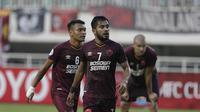 Pemain PSM Makassar, Zulham Zamrun dan Ferdinand Sinaga tampak kecewa usai gagal lolos ke final Zona ASEAN Piala AFC 2019 meski menang atas Becamex Binh Duong di Stadion Pakansari, Rabu (26/6). PSM menang 2-1 atas Becamex Binh Duong. (Bola.com/M Iqbal Ichsan)