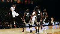 Pemain tim dunia Rondae Hollis-Jefferson melakukan dunk di ajang NBA Africa Game 2017 (AP)