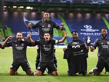 Para pemain Lyon melakukan selebrasi usai mengalahkan Manchester City pada perempat final Liga Champions di Stadion Jose Alvalade, Lisbon, Portugal, Sabtu (15/8/2020). Lyon mengalahkan Manchester City 3-1. (Franck Fife/Pool Photo via AP)
