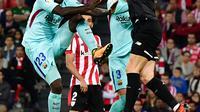 Kiper Athletic Bilbao, Kepa Arrizabalaga berusaha menangkap bola dari pemain Barcelona, Samuel Umtiti pada pekan ke-10 Liga Spanyol di San Mames, Minggu (29/10) dini hari. Blaugarana menang dua gol tanpa balas atas tuan rumah Bilbao (AP/Alvaro Barrientos)