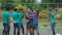 Pelatih Timnas Indonesia, Luis Milla, memberikan arahan kepada Hansamu Yama cs pada sesi latihan ringan di Lapangan Sintetis, Banda Aceh, Sabtu (2/12/2017) pagi, jelang laga kontra Brunei Darussalam. (Bola.com/Eko Deni Saputra).