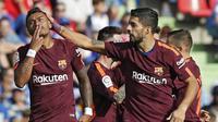 Gelandang Barcelona, Paulinho, melakukan selebrasi bersama Luis Suarez, usai mencetak gol ke gawang Getafe pada laga La Liga di Stadion Alfonso Perez, Sabtu (16/9/2017). Barcelona menang 2-1 atas Getafe. (AP/Francisco Seco)
