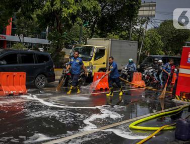 Aksi Damkar Bersihkan Tumpah Oli di Jalan Veteran Jakarta
