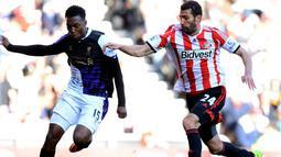 Daniel Sturridge duel dengan Carlos Cuellar pada pertandingan Sunderland vs Liverpool di Stadion of Light, Sunderland (29/09/2013). (AFP/Andrew Yates)