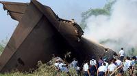 Hercules L-100-30 dengan nomor registrasi A-1325, dari Skadron 31 jatuh dan menabrak rumah penduduk serta ladang padi hingga terbakar di Magetan, Jawa Timur pada 20 Mei 2009. Sebanyak 98 penumpang tewas kecelakaan ini. (Ilustrasi Istimewa)