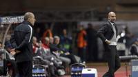 Pelatih Manchester City Pep Guardiola (kanan) adu strategi dengan nakhoda AS Monaco Leonardo Jardim pada 16 besar Liga Champions. (AP Photo/Claude Paris)