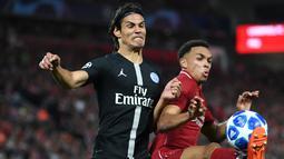 Striker Paris Saint-Germain (PSG), Edinson Cavani (kiri) berebut bola dengan bek Liverpool Trent Alexander-Arnold saat bertanding di Liga Champions di Anfield, Liverpool, Inggris, Selasa (18/9). Liverpool membungkam PSG 3-2. (Paul ELLIS/AFP)