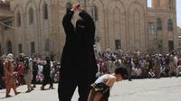 """Seorang pria anggota ISIS yang bertugas menjadi algojo hukuman pancung mendapat julukan """"The Bulldozer"""". (Sumber Yahoo!)"""