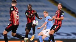 Gelandang Manchester City, Kevin De Bruyne, melepaskan tendangan saat menghadapi Bournemouth pada laga babak ketiga Piala Liga Inggris di Etihad Stadium, Jumat (25/9/2020) dini hari WIB. Manchester City menang 2-1 atas Bournemouth. (AFP/Laurence Griffiths/pool)