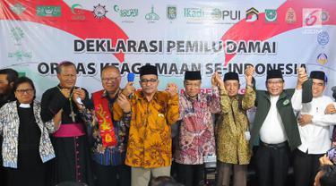 Ketua Umum Lembaga Persahabatan Ormas Islam (LPOI) Said Aqil Siradj (empat kanan) bersama sejumlah tokoh agama deklarasi Pemilu Damai di Jakarta, Jumat (22/3). LPOI menggelar deklarasi Pemilu Damai bersama 25 ormas keagamaan. (Liputan6.com/Angga Yuniar)