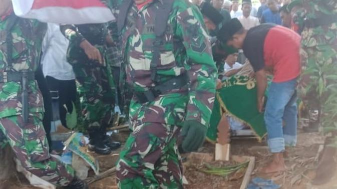 Prosesi pemakaman Serka KC yang bunuh diri usai membunuh tiga korbannya (Liputan6.com / Nefri Inge)