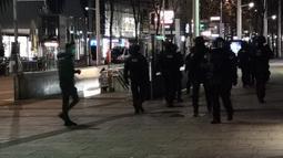 Polisi berpatroli di sebuah jalan di Wina, Austria, 2 November 2020. Satu orang tewas dan beberapa lainnya terluka parah dalam sejumlah insiden penembakan yang terjadi pada Senin (2/11) malam waktu setempat di pusat Kota Wina. (Xinhua/Georges Schneider)