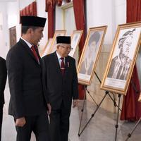 Presiden Jokowi bersama Wakil Presiden Ma'ruf Amin melihat foto Sultan Himayatuddin usai penganugerahan gelar pahlawan nasional. (Setpres/Biro Pers)