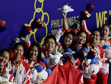 Tim bulutangkis putri Indonesia berpose saat menerima medali perak pada SEA Games 2019 di Muntinlupa Sports Complex, Manila, Selasa (3/12). Indonesia kalah 1-3 dari Thailand. (Bola.com/M Iqbal Ichsan)