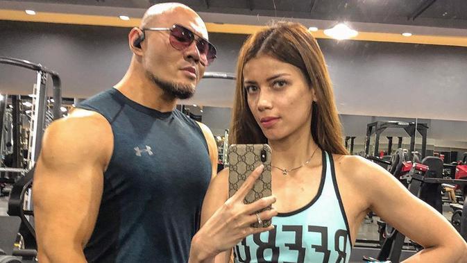 Deddy Corbuzier dan Sabrina Chairunnisa latihan bareng di gym. (Instagram @sabrinachairunnisa_)