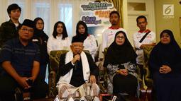 Calon wakil presiden nomor urut 01 Ma'ruf Amin (dua kiri) saat ngobrol santai bareng wartawan di rumahnya, Jakarta, Kamis (6/12). Ma'ruf membantah dirinya tengah sakit. (Merdeka.com/Imam Buhori)