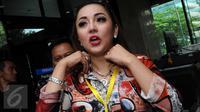 Artis fenomenal, Regina Andriane saat mendatangi gedung KPK,  Jakarta, senin (1/2). Regina tampak seksi dengan menggunakan baju bercorak merah. (Liputan6.com/Helmi Afandi)