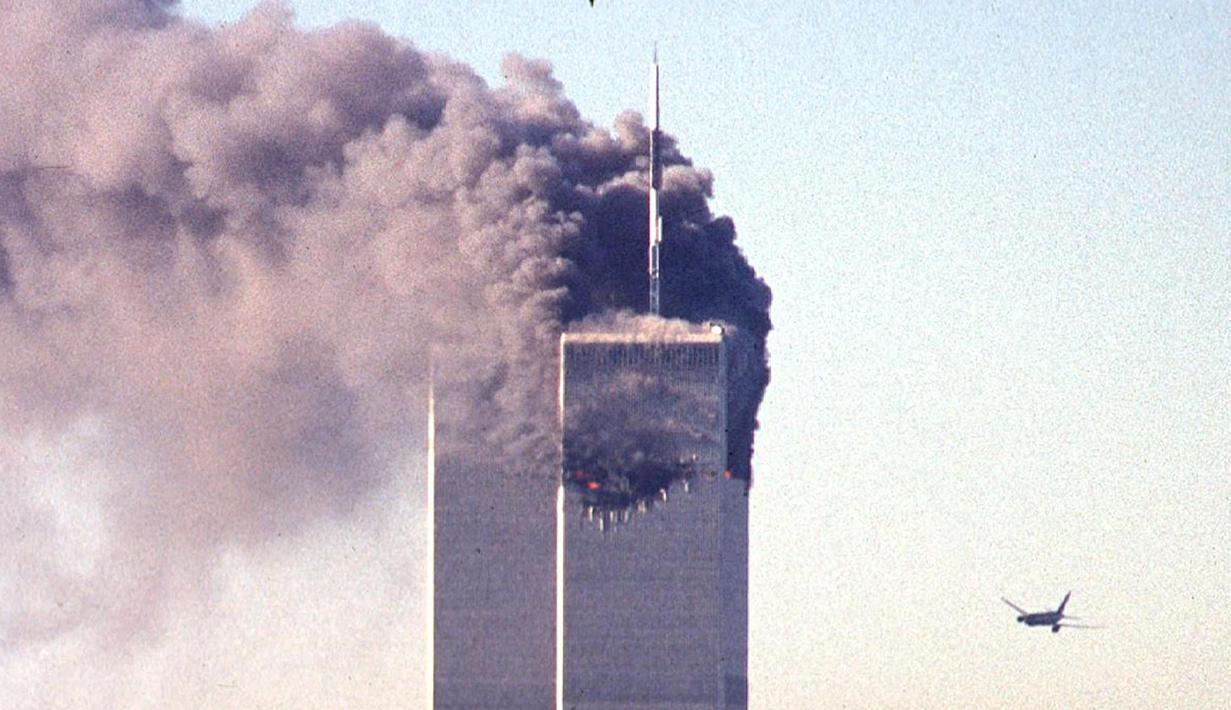 File foto pesawat komersial United Airlines penerbangan 175 mendekati menara selatan World Trade Center saat asap mengepul dari menara utara di Manhattan, New York pada 11 September 2001. (AFP/Seth Mcallister)