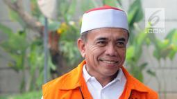 Gubernur Aceh Irwandi Yusuf tersenyum saat tiba di gedung KPK, Jakarta, Rabu (25/7). Irwandi Yusuf diperiksa sebagai tersangka terkait dugaan menerima suap dana Otonomi Khusus (Otsus) Provinsi Aceh tahun 2018. (Merdeka.com/Dwi Narwoko)