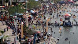 Ribuan pengunjung menikmati liburan di pantai Ancol, Jakarta, Sabtu (18/7/2015). Wisata pantai Ancol masih menjadi pilihan favorit warga Jakarta untuk mengisi libur lebaran kedua ini bersama keluarga. (Liputan6.com/JohanTallo)