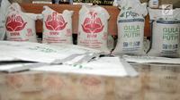 Barang bukti ditunjukkan saat rilis kasus penyalahgunaan distribusi gula kristal rafinasi di Jakarta, Senin (5/8/2019). Polisi mengamankan 600 karung gula rafinasi berkedok gula putih seberat 30 ton dengan kemasan 1 kg, 2kg, 5kg, dan 50 kg di Jateng dan DI Yogyakarta. (merdeka.com/Iqbal S. Nugroho)