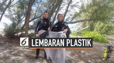 Dua orang penyelam gua menemukan lembaran besar plastik di gua bawah laut. Mereka tengah melakukan perjalanan ke lubang biru Kepulauan Bahama.