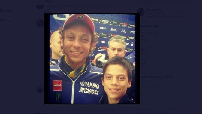 Joan Mir kecil saat berfoto bersama pembalap idolanya, Valentino Rossi (Twitter)
