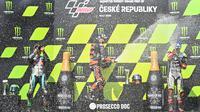 (kiri ke kanan) Pembalap Franco Morbidelli, Brad Binder, dan Johann Zarco merayakan kemenangan usai laga MotoGP Ceko di Sirkuit Masaryk, Brno, Republik Ceko, Minggu (9/8/2020). Brad Binder berhasil menjadi juara setelah menjadi yang tercepat di balapan yang digelar sebanyak 21 lap. (Joe Klamar/AFP)