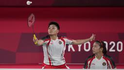 Ganda putri Indonesia Greysia Polii dan Rahayu Apriani melawan Yuki Fukushima dan Sayaka Hirota dari Jepang pada penyisihan Grup A cabang bulu tangkis Olimpiade Tokyo 2020 di Musashino Forest Sports Plaza, Selasa (27/7/2021). Greysia / Apriyani menang 24-22, 13-21, dan 21-8. (AP/Dita Alangkara)