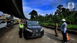 Petugas gabungan meminta mobil berpelat nomor ganjil untuk putar balik di Perempatan Yasmin, Kota Bogor, Sabtu (6/2/2021). Pemkot Bogor mulai menerapkan kebijakan ganjil-genap setiap akhir pekan untuk mengurangi mobilitas warga di tengah meningkatnya kasus positif COVID-19 (merdeka.com/Arie Basuki)