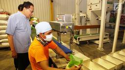 Mantan Menko Kemaritiman Rizal Ramli melihat proses pengemasan beras saat kunjungannya ke Food Station, Kompleks Pasar Induk Beras Cipinang, Senin (15/1). Pada kesempatan itu Rizal Ramli  juga berdialog dengan para pedagang beras. (Liputan6.com/Pool/Ardi)