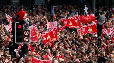 Suporter menyambut kedatangan pemain Liverpool saat parade juara Liga Champions di Liverpool, Inggris (2/6/2019). Ribuan suporter tumpah ruah di jalanan merayakan kemenangan tim kesayangannya meraih piala Liga Champions usai mengalahkan Tottenham di final dengan skor 2-0. (Richard Sellers/PA via AP)