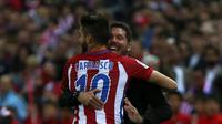 "Yannick Ferreira-Carrasco merayakan gol ketiganya dengan pelatih Atletico Madrid Diego ""Cholo"" Simeone. (REUTERS/Sergio Perez)"