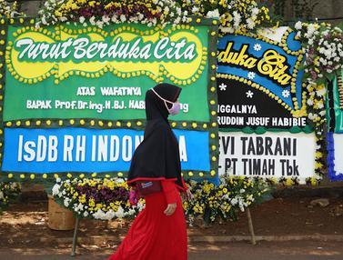 Karangan Bunga Duka Cita Hiasi Jalan Manuju Kediaman BJ Habibie