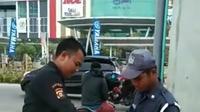 Dua orang oknum sekuriti saat menebarkan paku di depan mall di Kota Palembang (Dok. Instagram @palembangdaily.id / Nefri Inge)