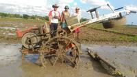 "Suku cadang robotik dipasang pada ""traktor setan"" untuk mengendalikan traktor remote control. (Foto: Liputan6.com/Wakhid Hasim Muhamad Ridlo)"