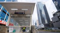 Petugas menutup gerbang stasiun MRT Bundaran HI, Jakarta, Rabu (22/5). Akibat aksi 22 mei membuat perkantoran di kawasan tersebut terpaksa ditutup dan para karyawan diliburkan. (Liputan6.com/Angga Yuniar)